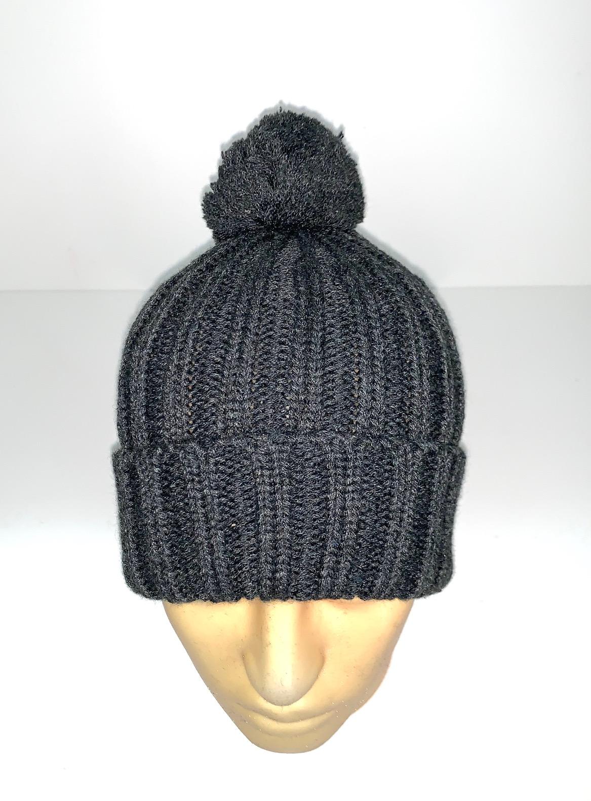 Темно-серая вязаная шапка с помпоном