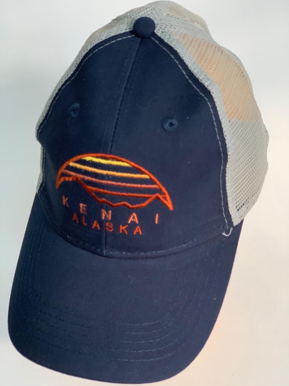 Темно-синяя бейсболка Alaska с вышивкой на тулье и сеткой