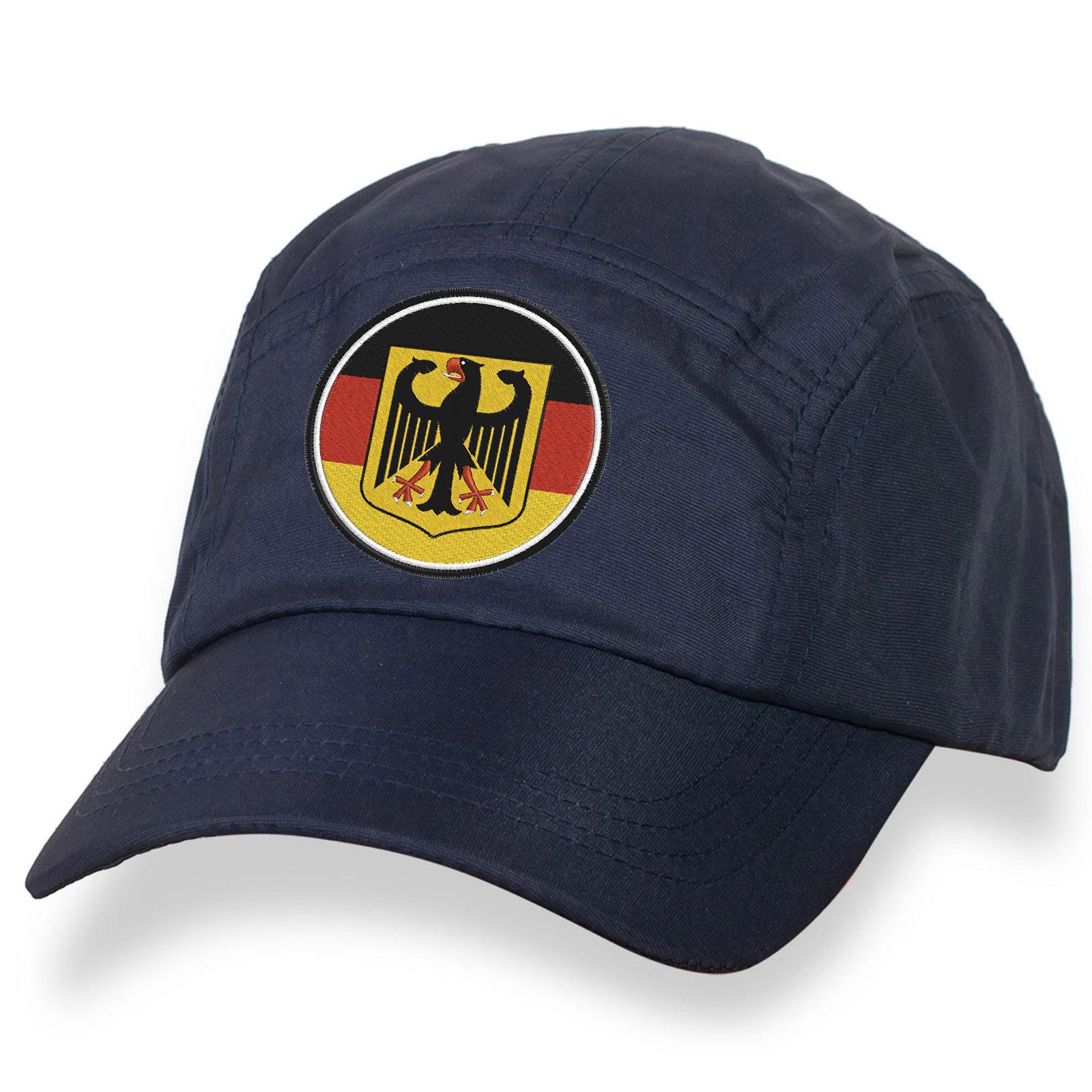 Темно-синяя бейсболка с флагом и гербом Германии.