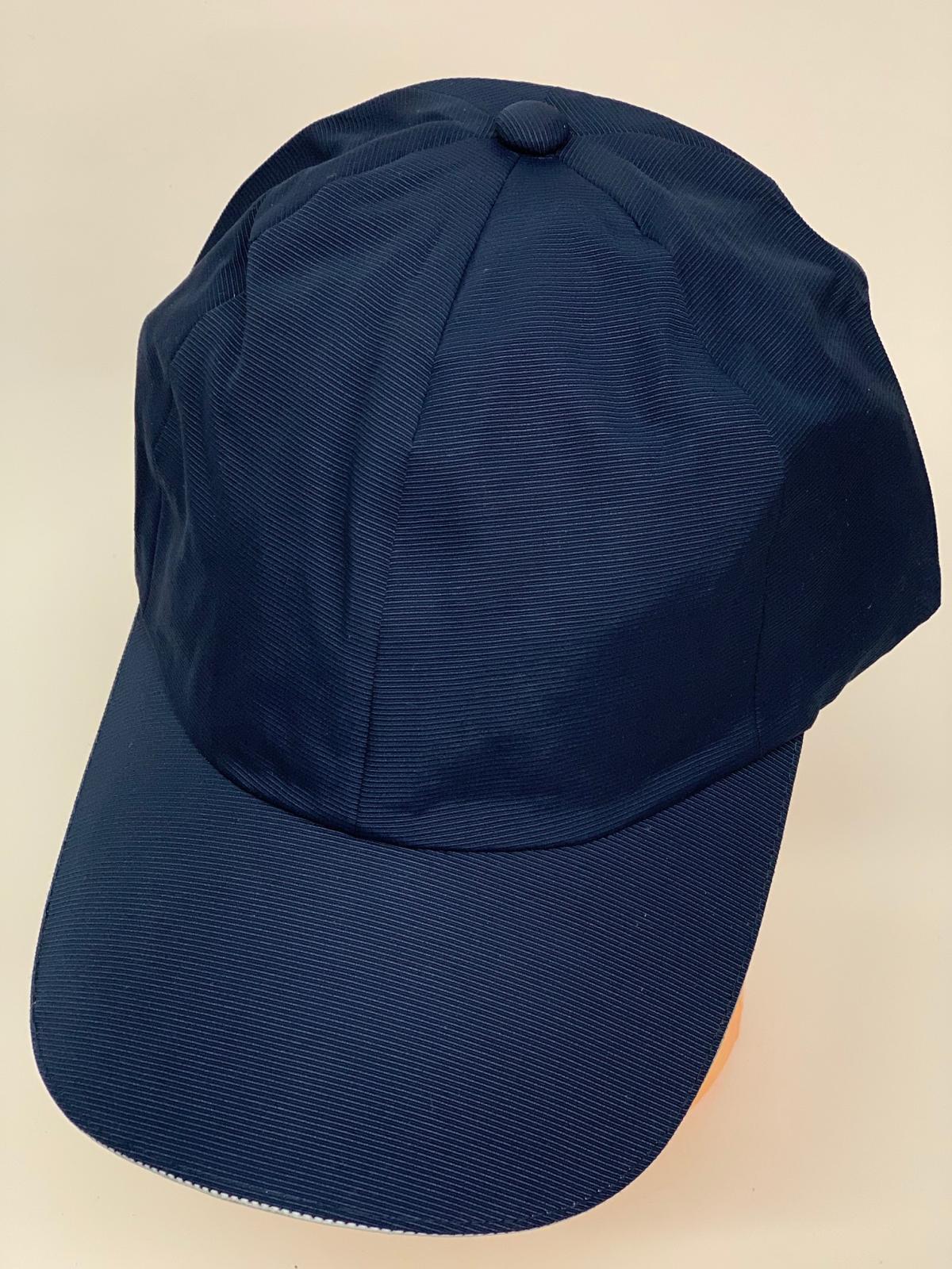 Темно-синяя бейсболка приятной текстуры классического кроя