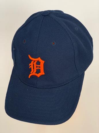Темно-синяя бейсболка с вышитым оранжевым символом