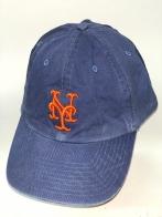 Темно-синяя бейсболка с ярко-оранжевой вышивкой на тулье