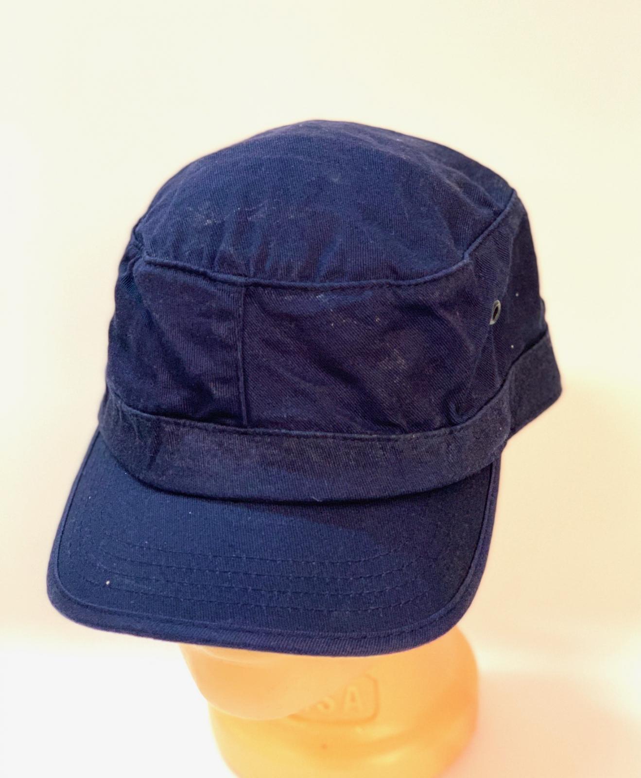 Темно-синяя кепка-немка с люверсами