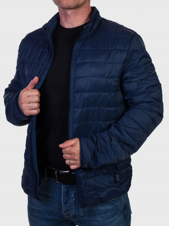 Темно-синяя мужская куртка