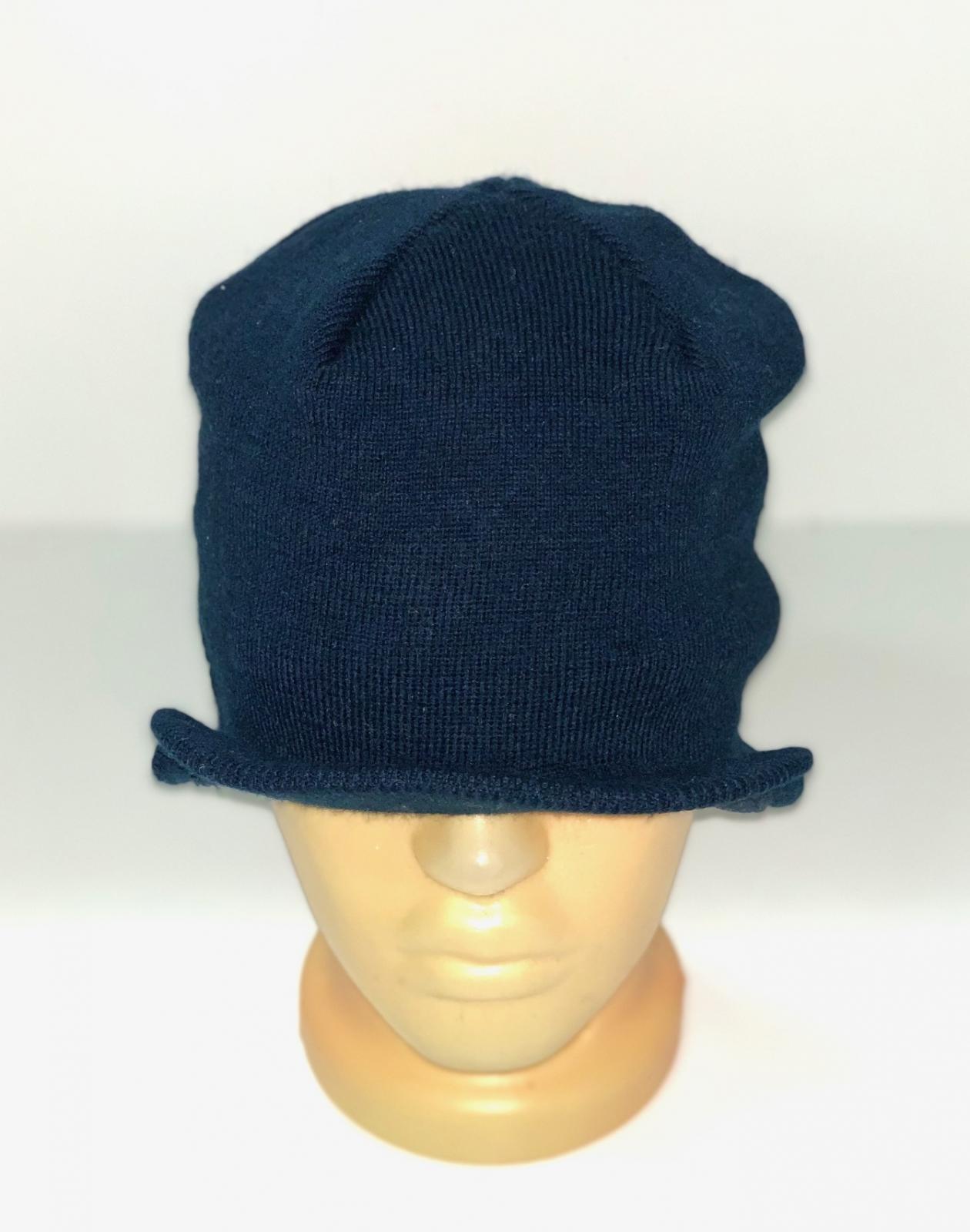 Темно-синяя шапка с козырьком