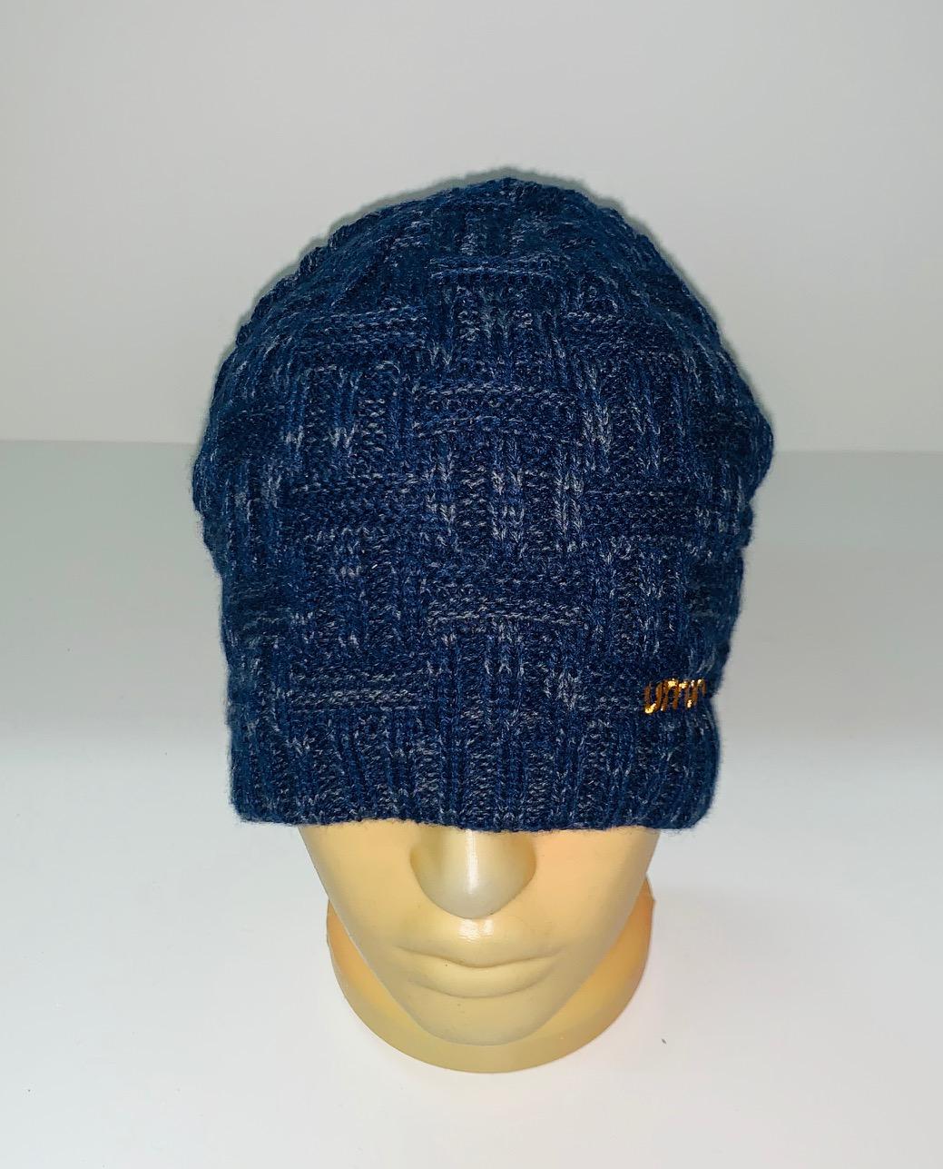 Темно-синяя вязаная шапка