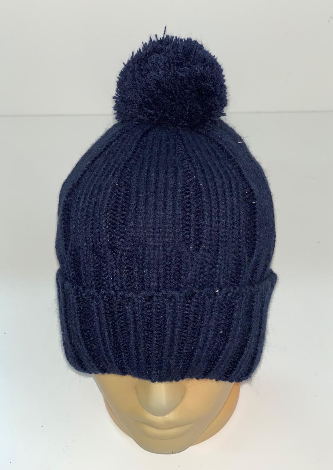 Темно-синяя вязаная шапка с помпоном