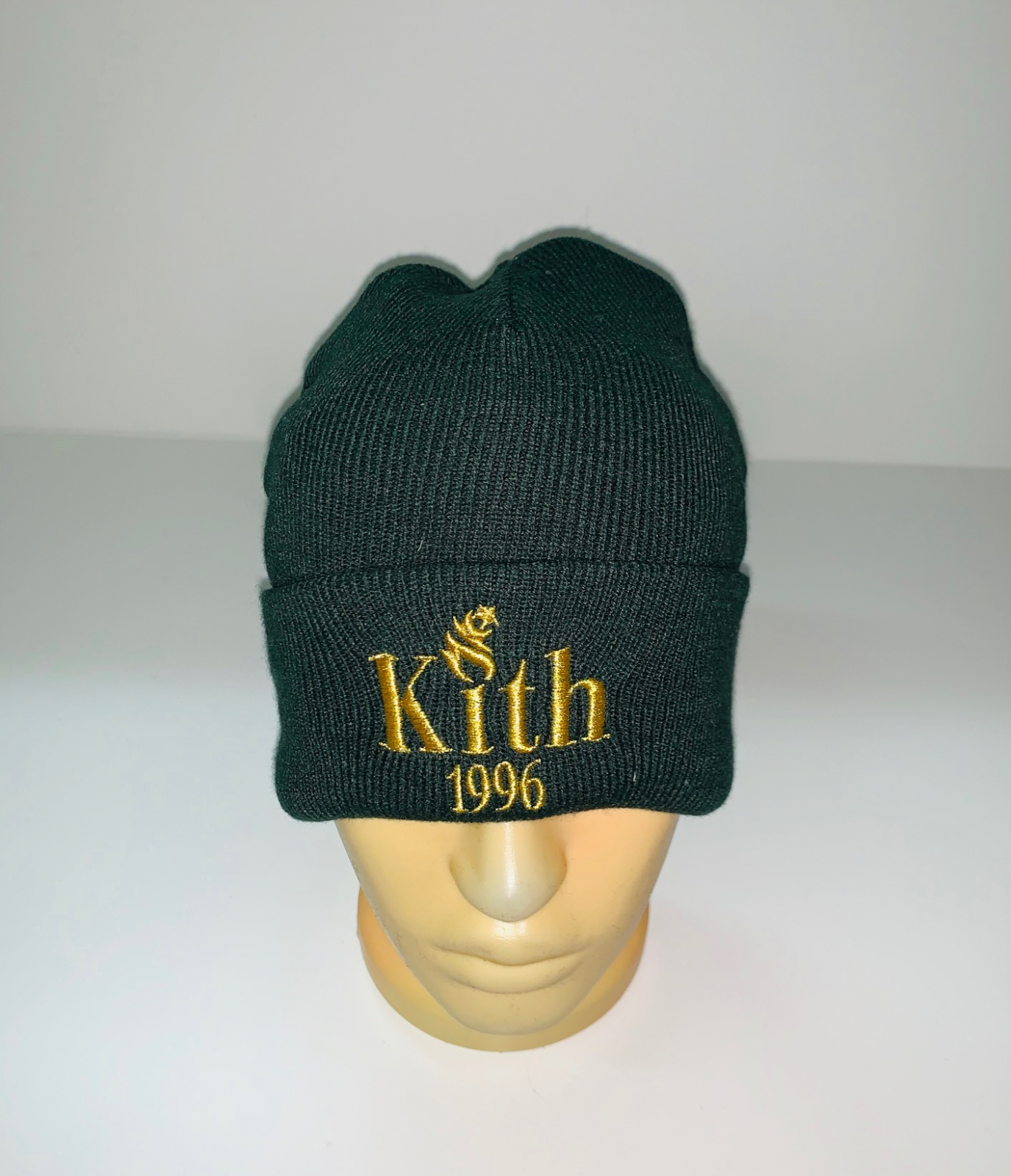 Темно-зеленая крутая шапка