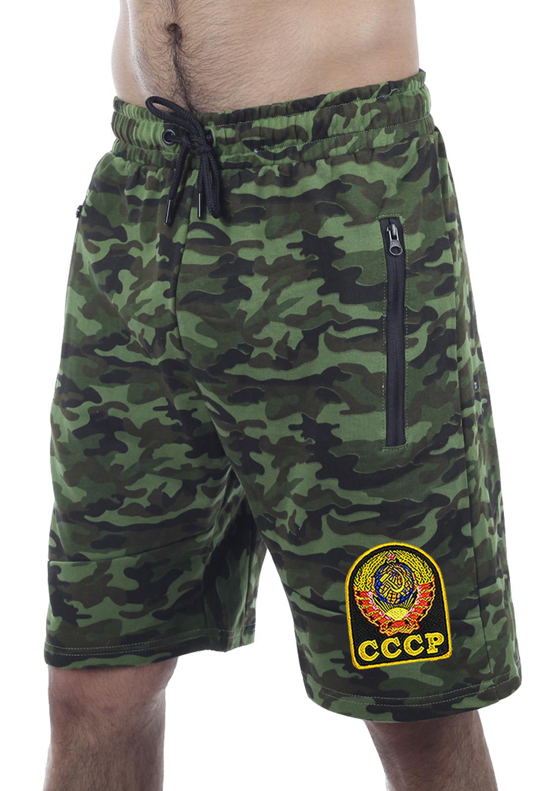 Купить темно-зеленые шорты удлиненного фасона с карманами и нашивкой СССР онлайн оптом