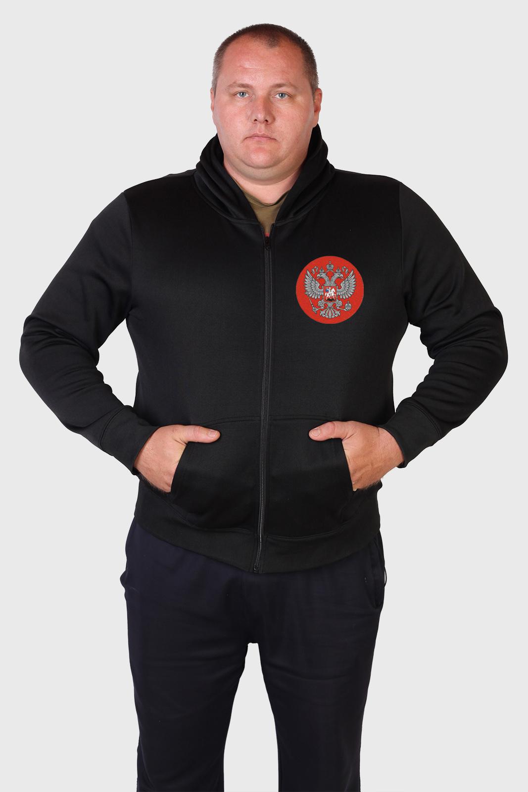 Патриотическая мужская толстовка с вышитым гербом России.