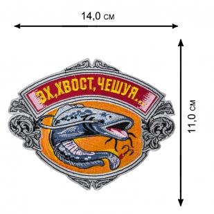 Черная толстовка худи с рыболовными шевронами.