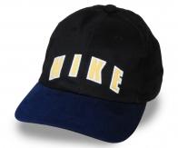 Эй, парень! Тебе понравится! Стильная чёрная кепка с тёмно-синим выгнутым козырьком. Миксуй свой образ с удобным брендовым аксессуаром