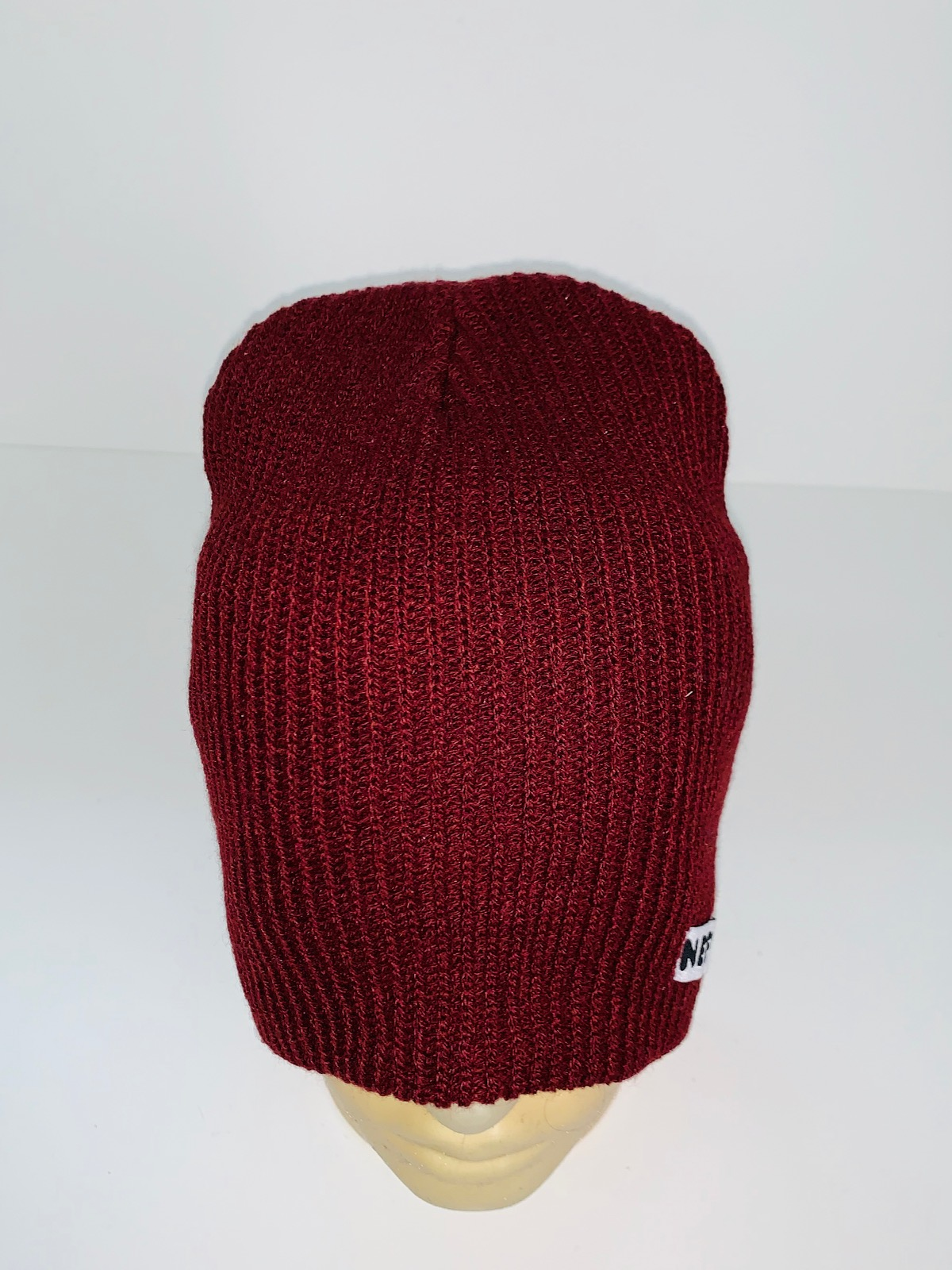 Топовая бордовая шапка