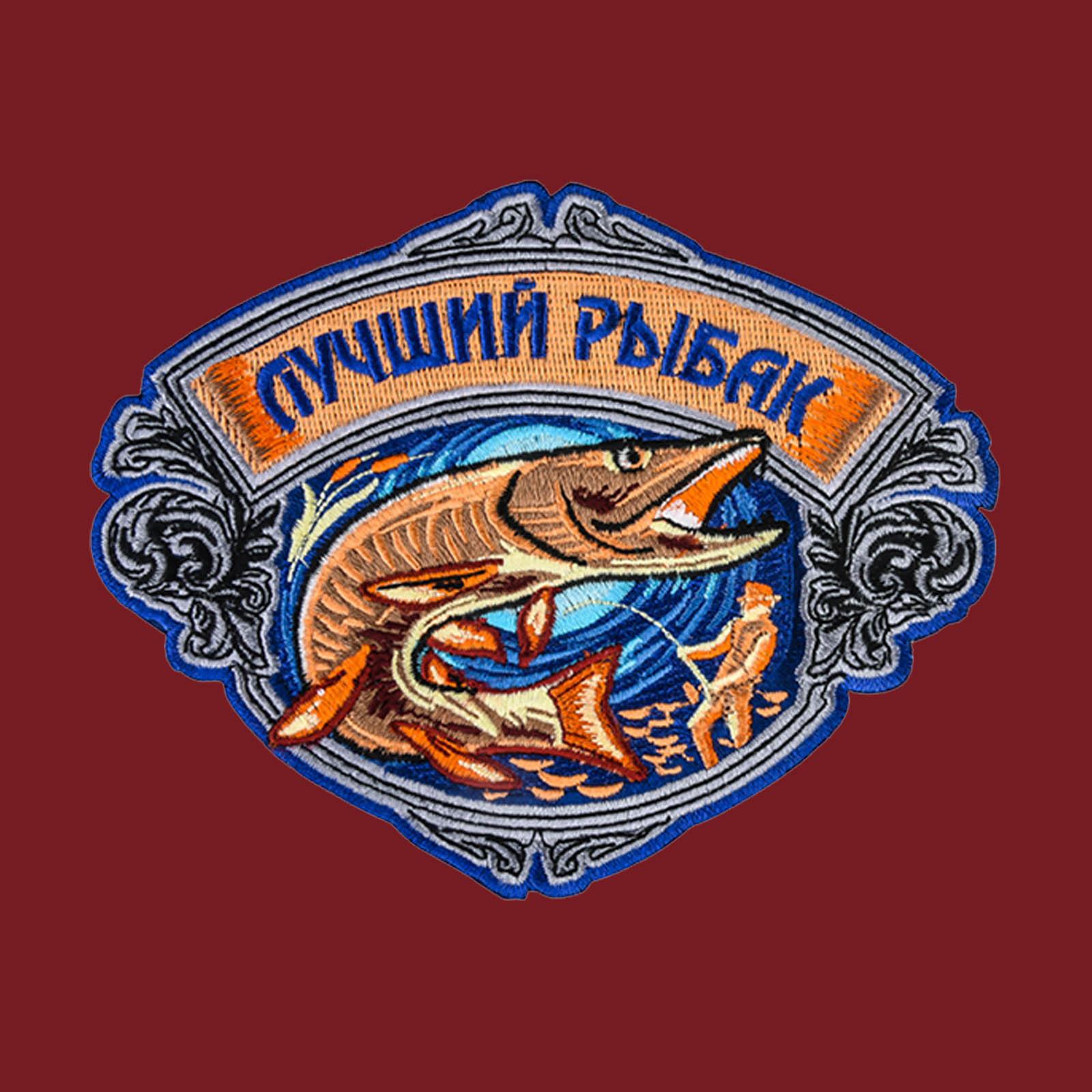 Топовая футболка рыболова с вышитым шевроном