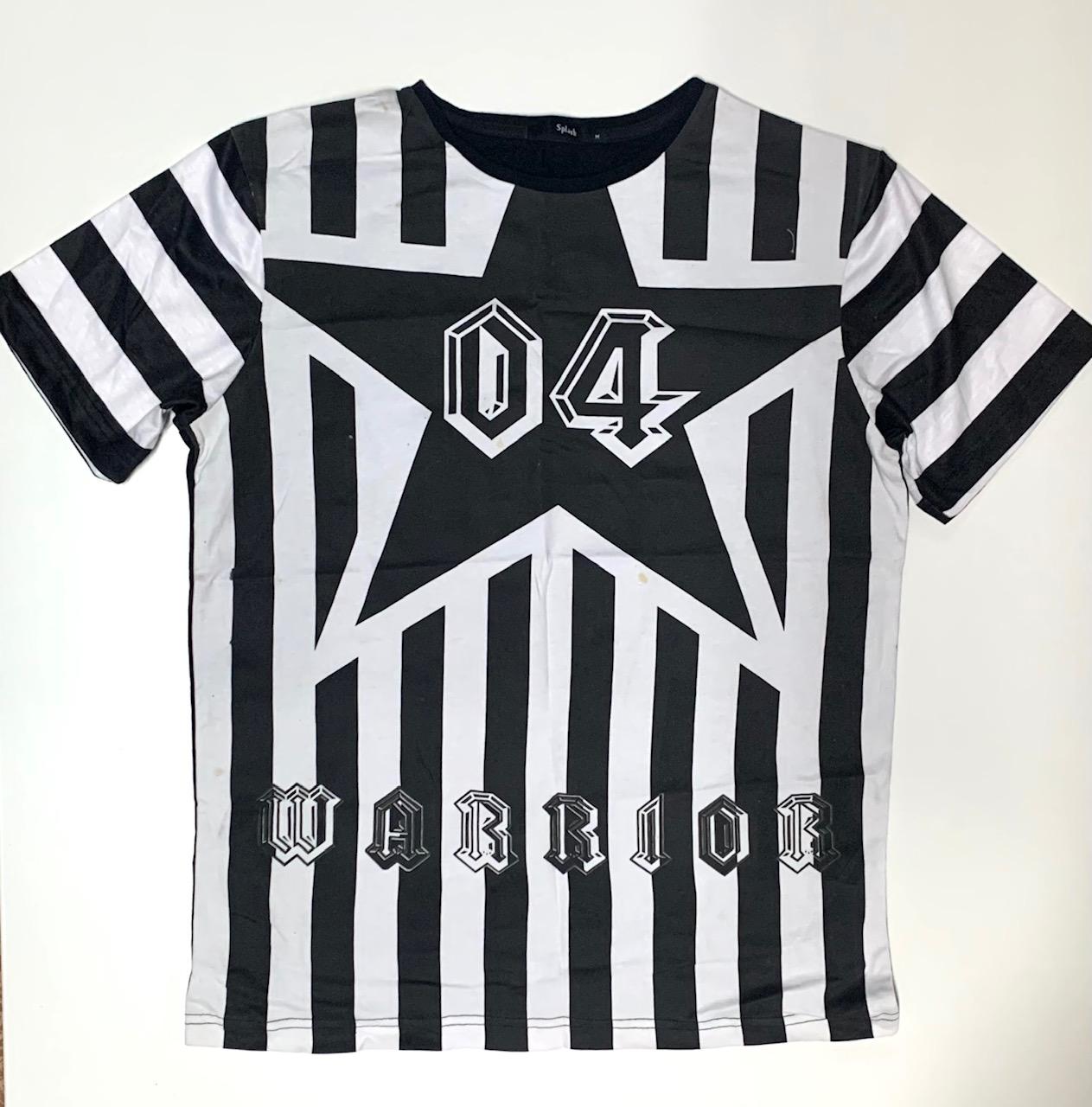 Топовая мужская футболка с черно-белым принтом