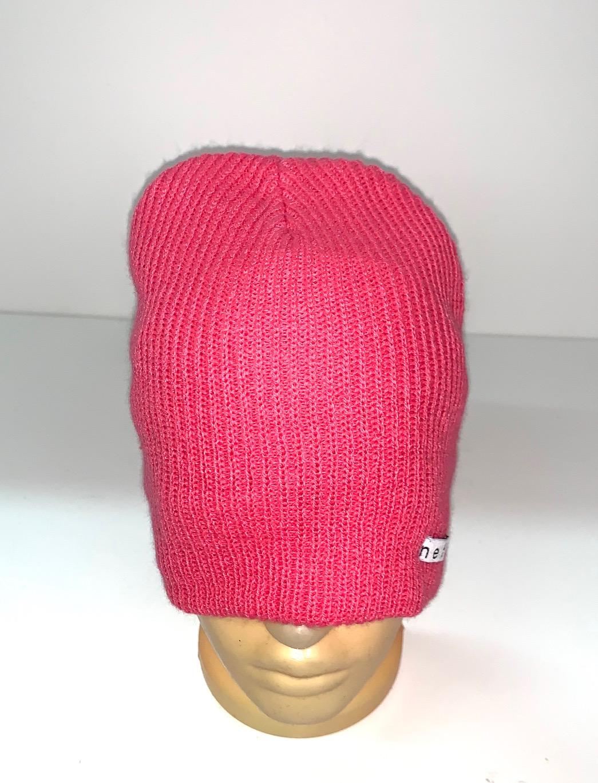 Топовая шапка розового цвета