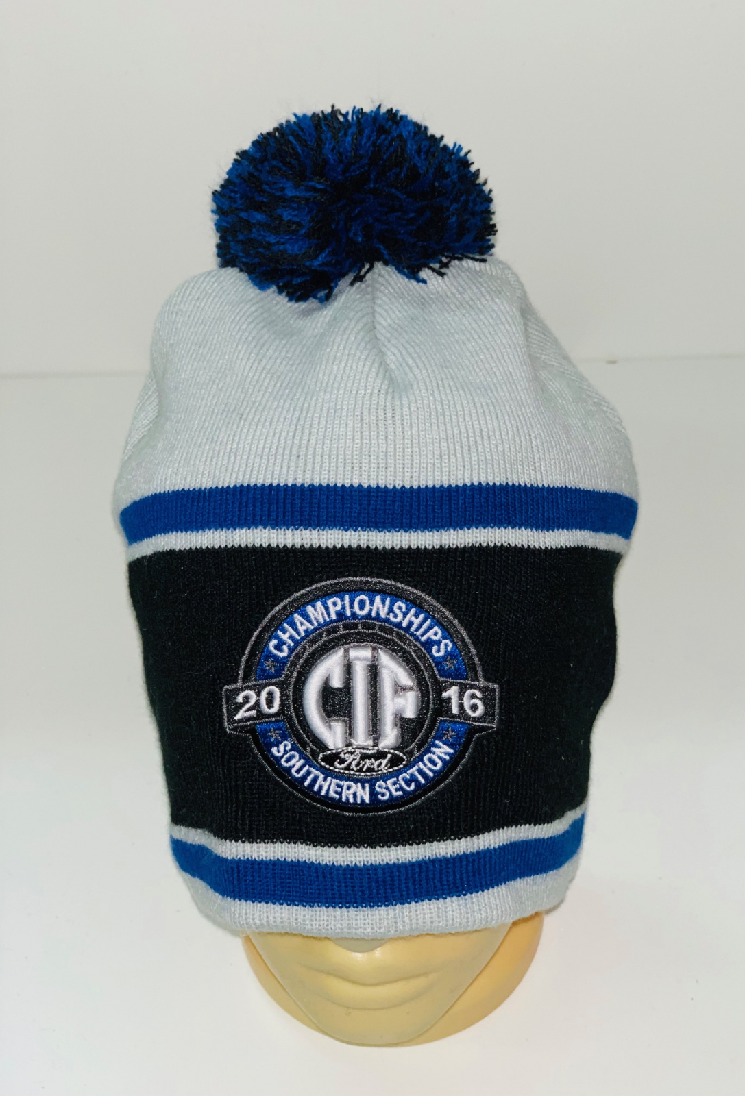 Топовая шапка с черно-синим помпоном и полосками