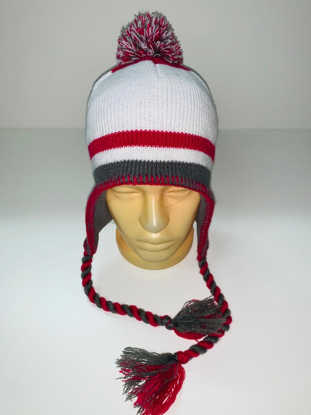 Топовая шапка с косами и помпоном