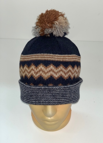 Топовая шапка с трехцветным помпоном