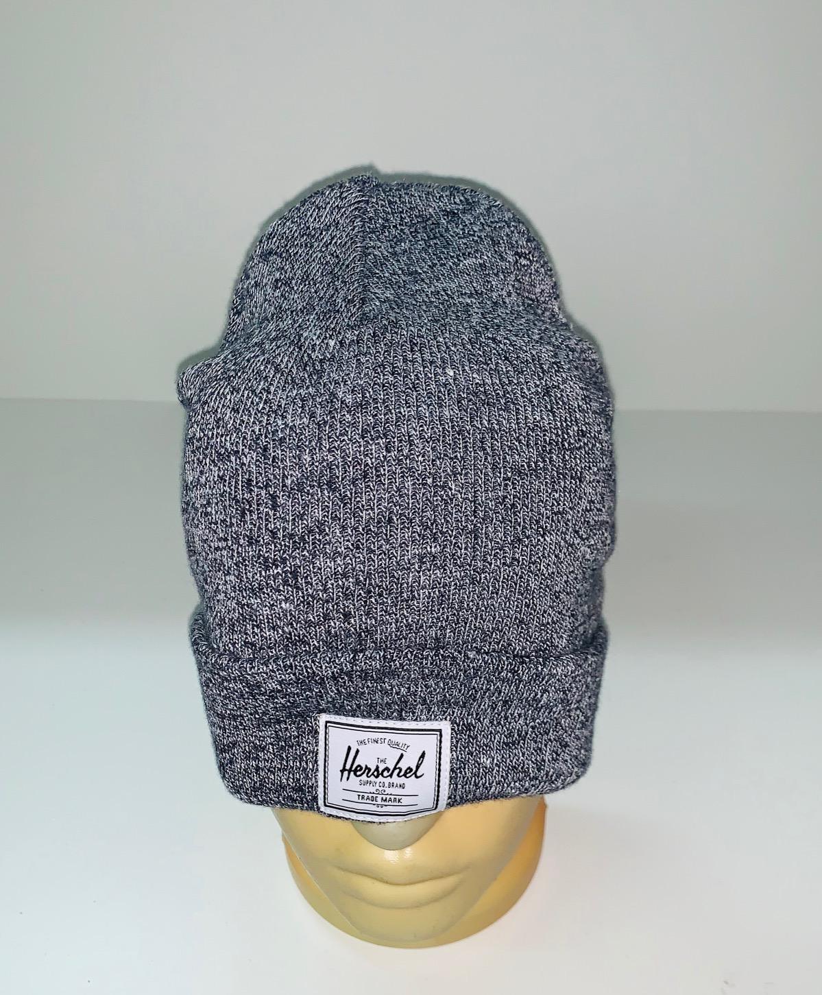 Топовая шапка серого цвета