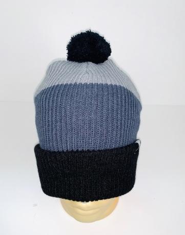 Топовая трехцветная шапка с помпоном