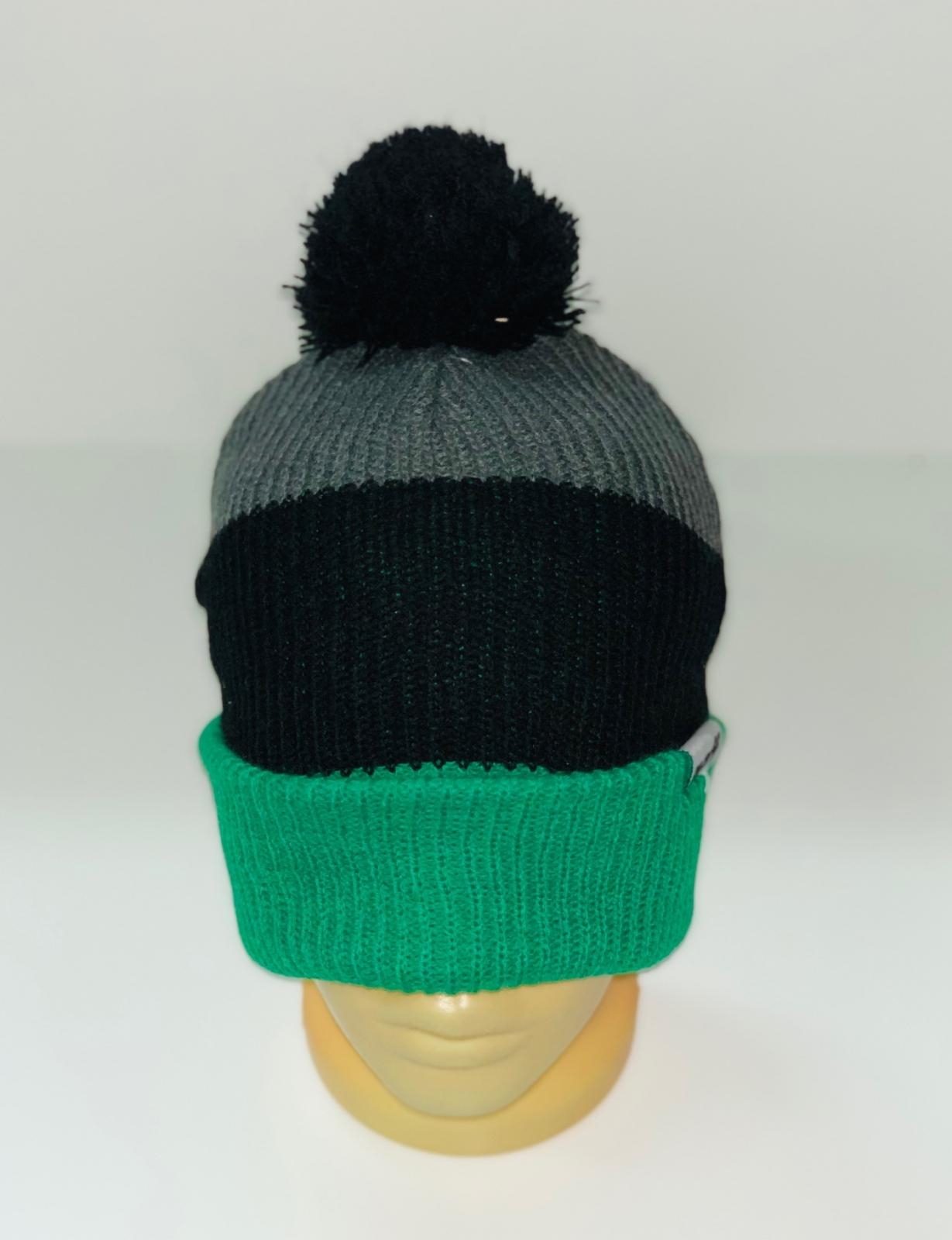 Трехцветная крутая шапка с помпоном