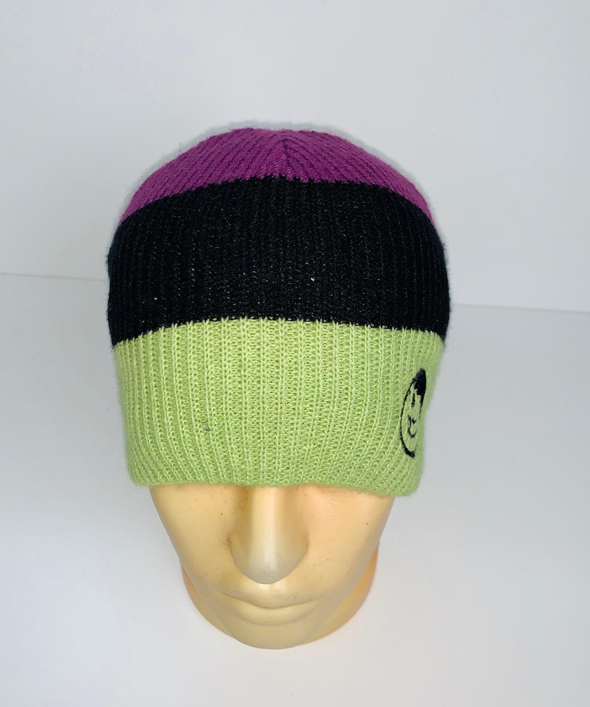 Трехцветная шапка с клевой вышивкой