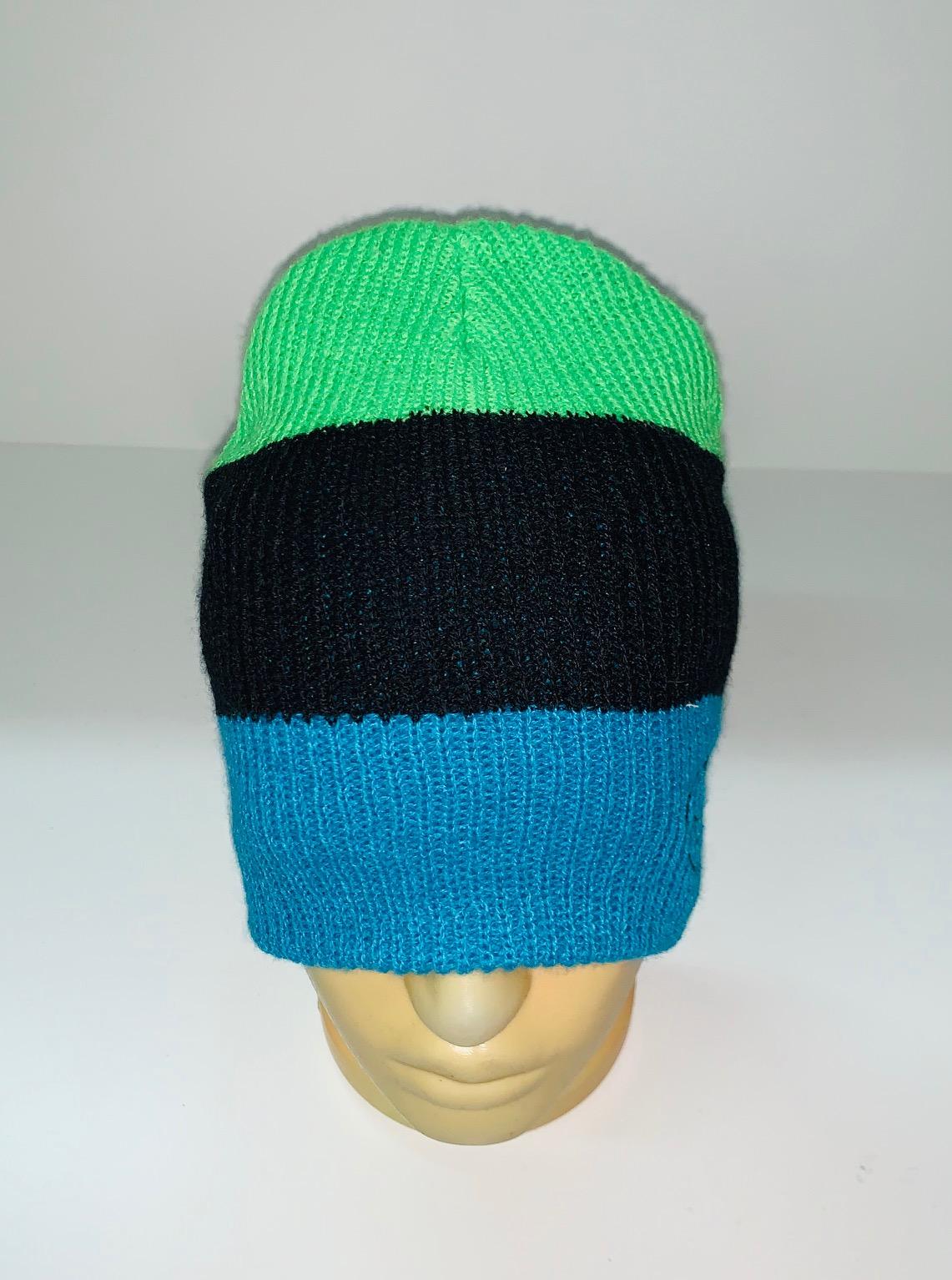 Трехцветная шапка со смайликом