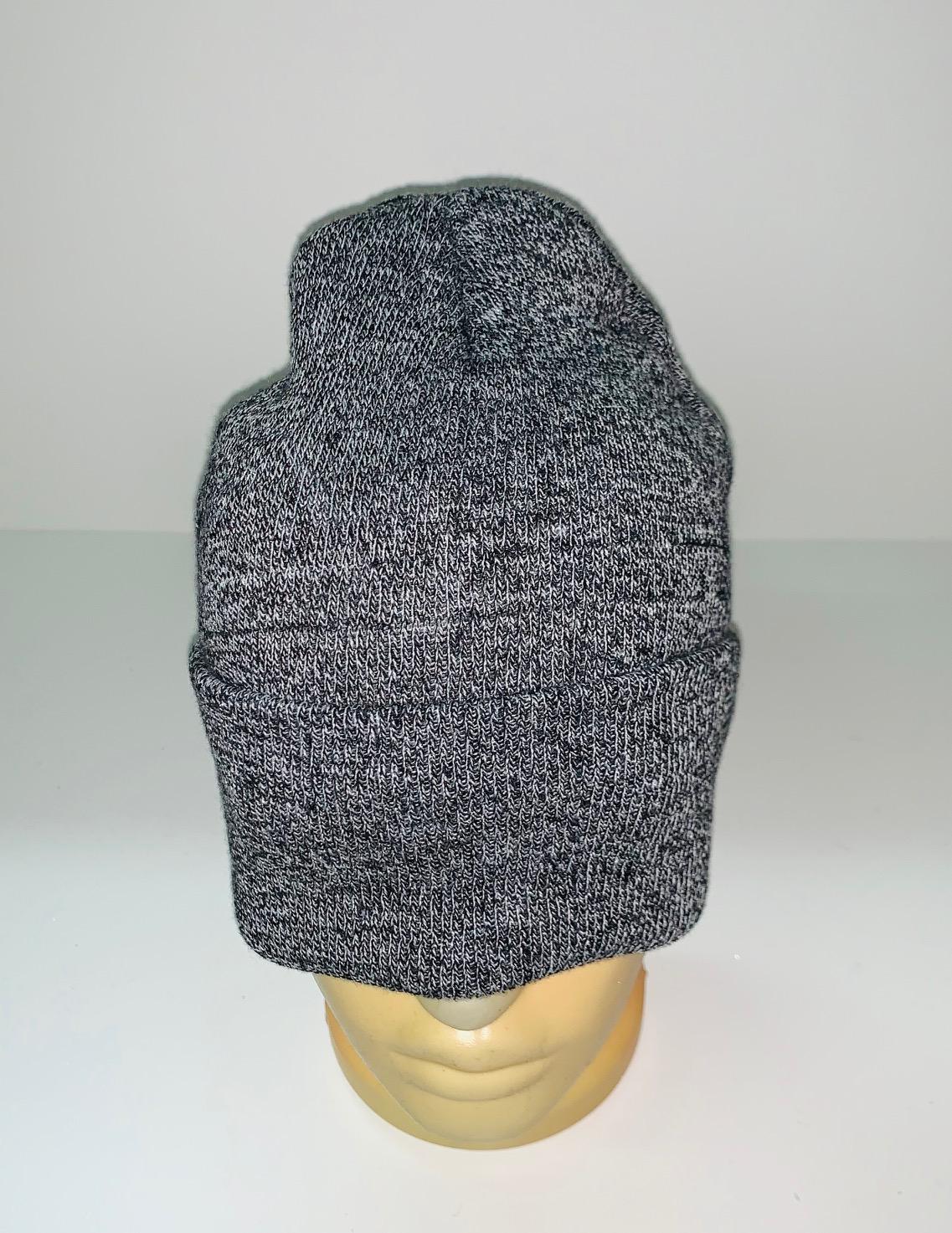 Трендовая серая шапка