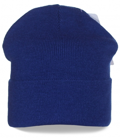 Удлиненная синяя шапка с широким подворотом - универсальный вариант для спорта и на каждый день
