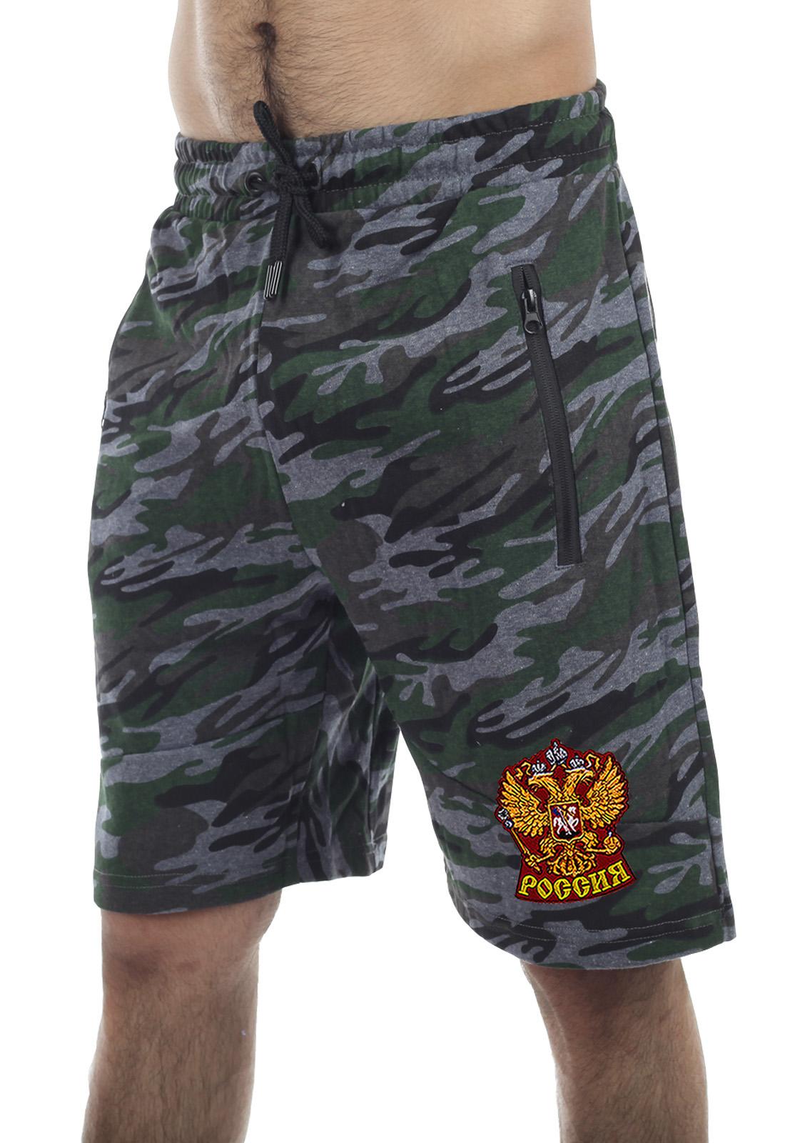 Купить удобные шорты удлиненного фасона с нашивкой Россия с доставкой в любой город