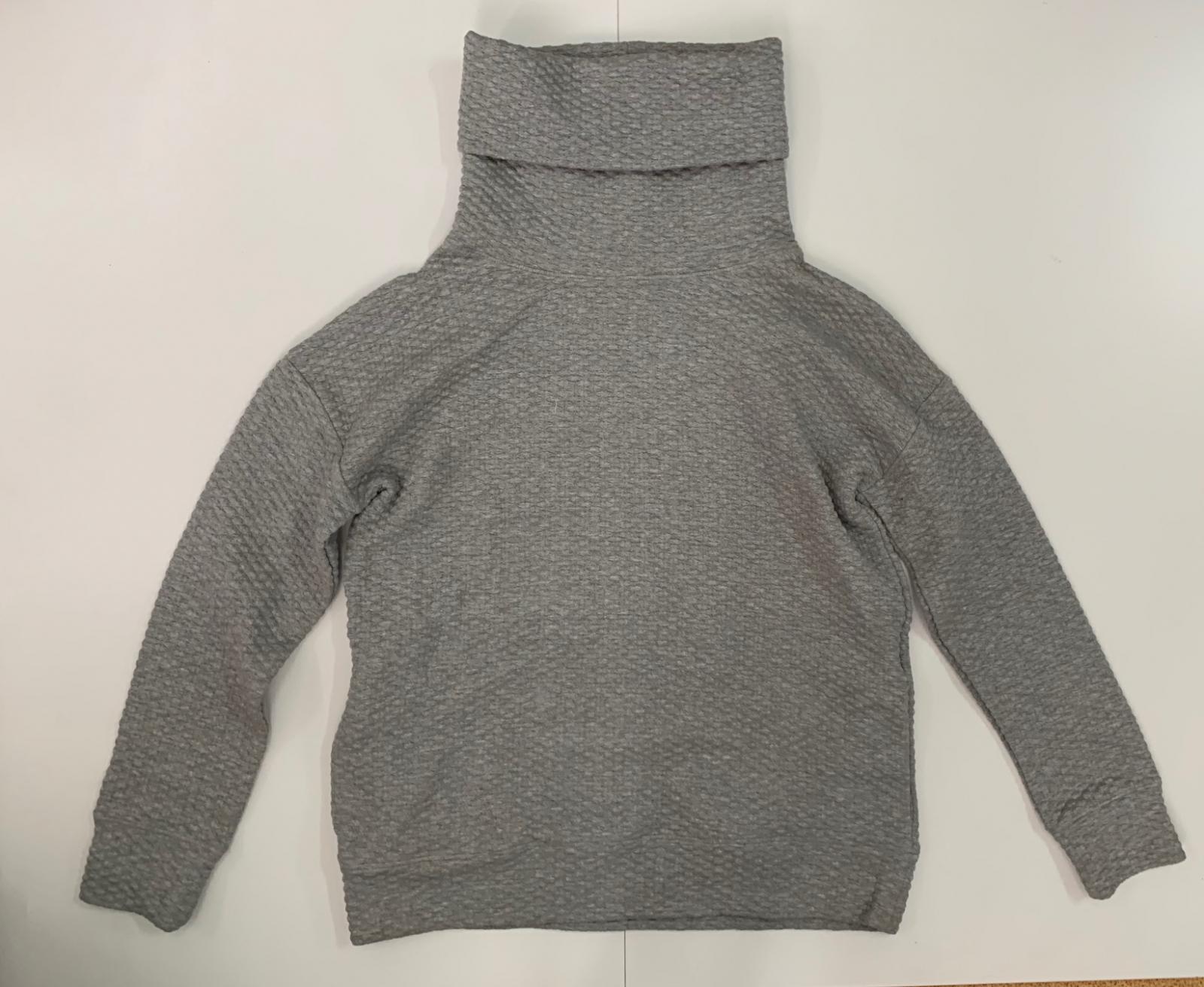 Удобный женский свитер серого цвета