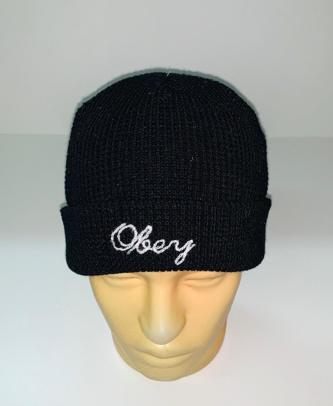 Угольно-черная шапка с белой надписью