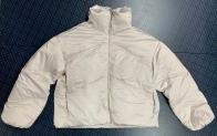 Укороченная женская куртка белого цвета