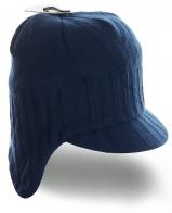 Утепленная вязанная мужская шапка удлиненного варианта с козырьком