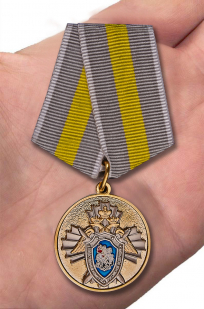 Ведомственная медаль СК России За заслуги - вид на ладони