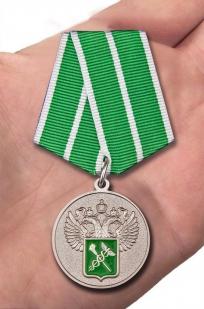 """Ведомственная медаль """"За службу в таможенных органах"""" 1 степени - вид на ладони"""