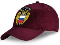 Модная вишневая бейсболка с эмблемой Федеральной Службы Охраны (ФСО).