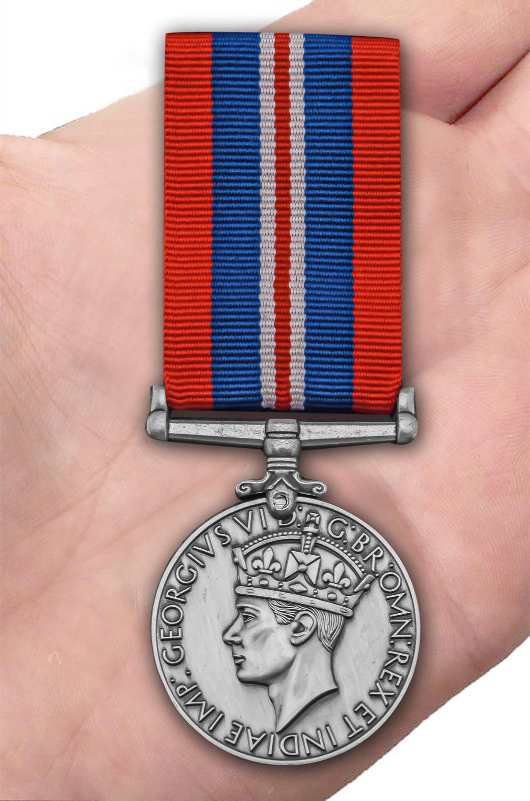 Военная медаль 1939-1945 (Великобритания) - вид на ладони