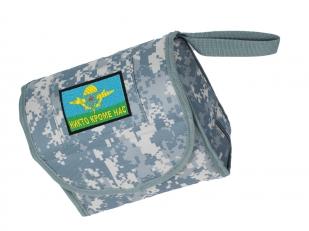 """Военная сумка-несессер с вышитой нашивкой """"Никто кроме нас""""."""