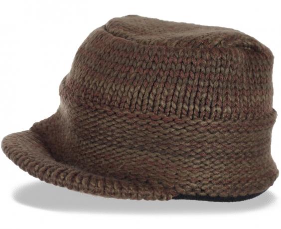 Вязаная меланжевая мужская шапка с козырьком на флисовой подкладке. Согреет в холод и поможет создать правильный имидж