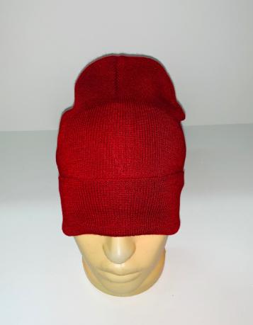 Вязаная шапка красного цвета