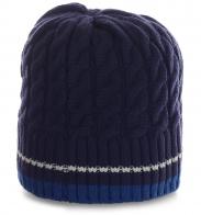 Вязаная шапка на флисе в спортивном стиле. Аккуратная модель для симпатичных девушек