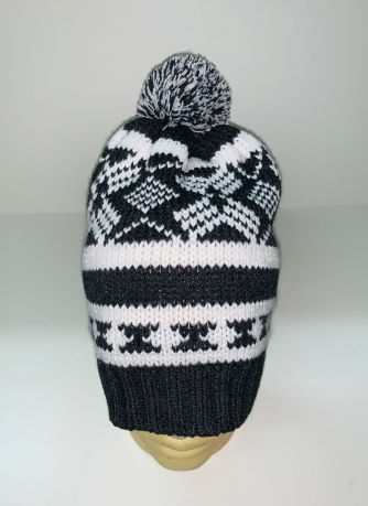 Вязаная шапка с черно-белым узором и помпоном