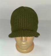 Вязаная шапка с козырьком оливкового цвета