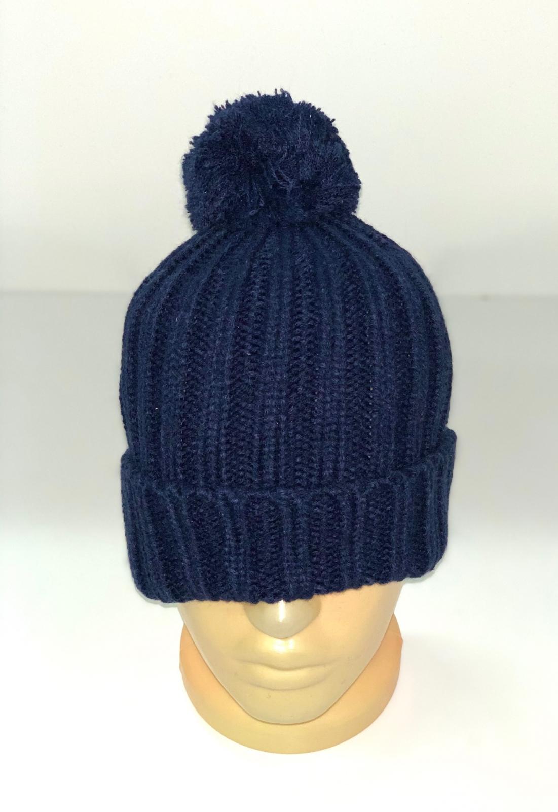 Вязаная шапка темно-синего цвета с помпоном