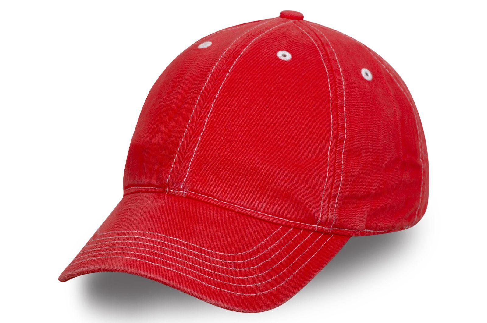 Яркая бейсболка красная