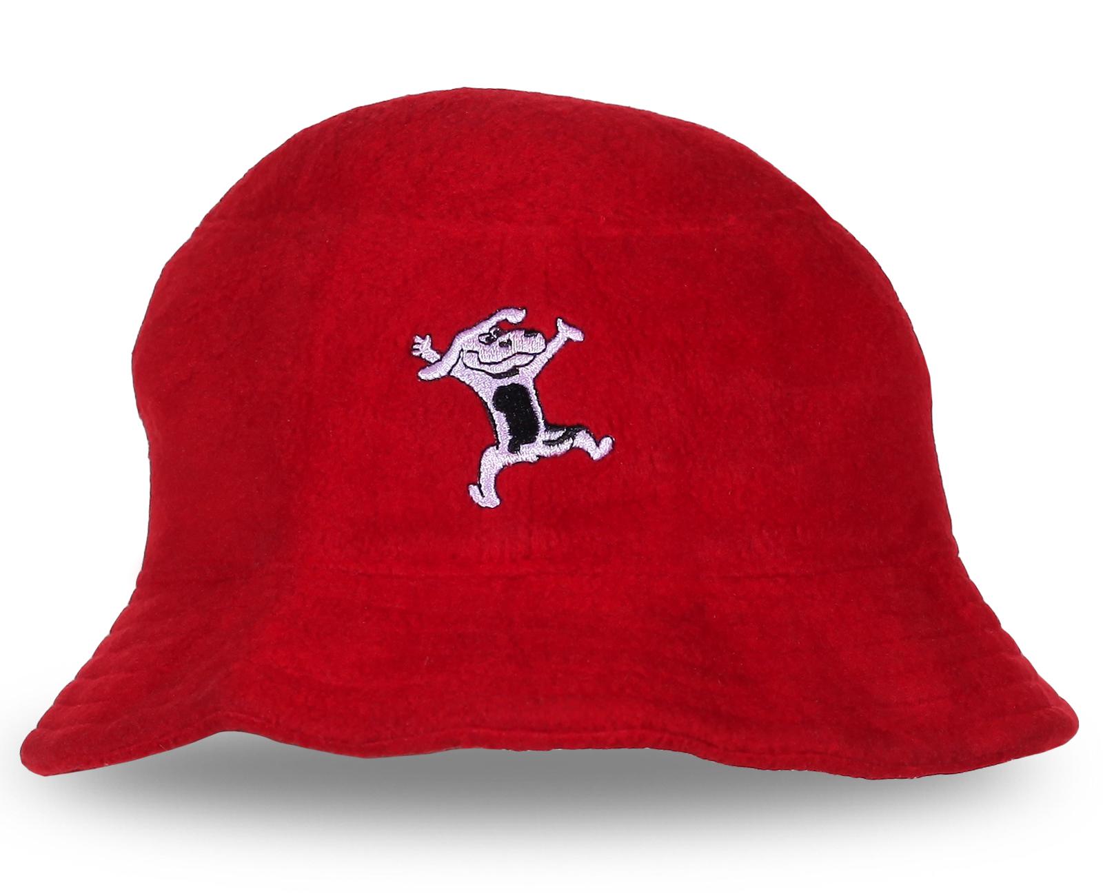 Яркая красная шляпа отличного качества