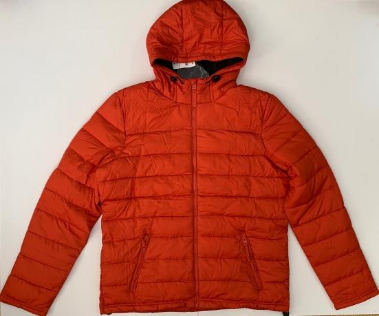Яркая мужская куртка оранжевого цвета