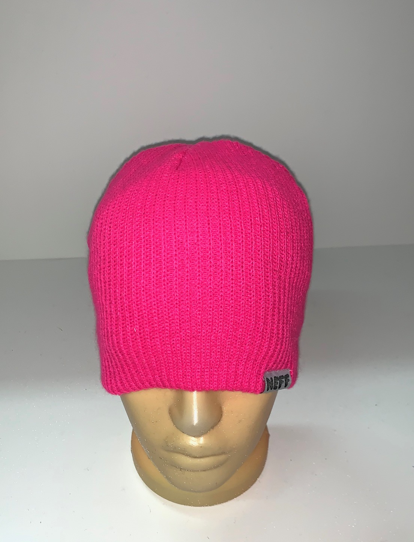 Яркая розовая шапка
